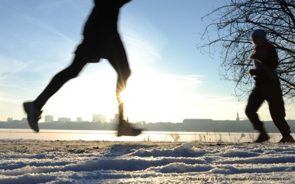 Jan. 23, 2013 - Hamburg, Hamburg, Germany - People jog in the morning sun and through the snow at the Outer Alster Lake in Hamburg, Germany, 23 January 2013. Photo: ANGELIKA WARMUTH (Credit Image: � Angelika Warmuth/DPA/ZUMAPRESS.com)