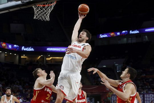 September 17, 2017 - Istanbul, Turquía - Spain's Pau Gasol (C) in action against Russia's Andrey Vorontsevich (L) and Dmitrii Kulagin (R) during the EuroBasket 2017 third place match between Spain and Russia, in Istanbul, Turkey 17 September 2017. (Credit Image: © Juan Carlos Hidalgo/EFE via ZUMA Press)