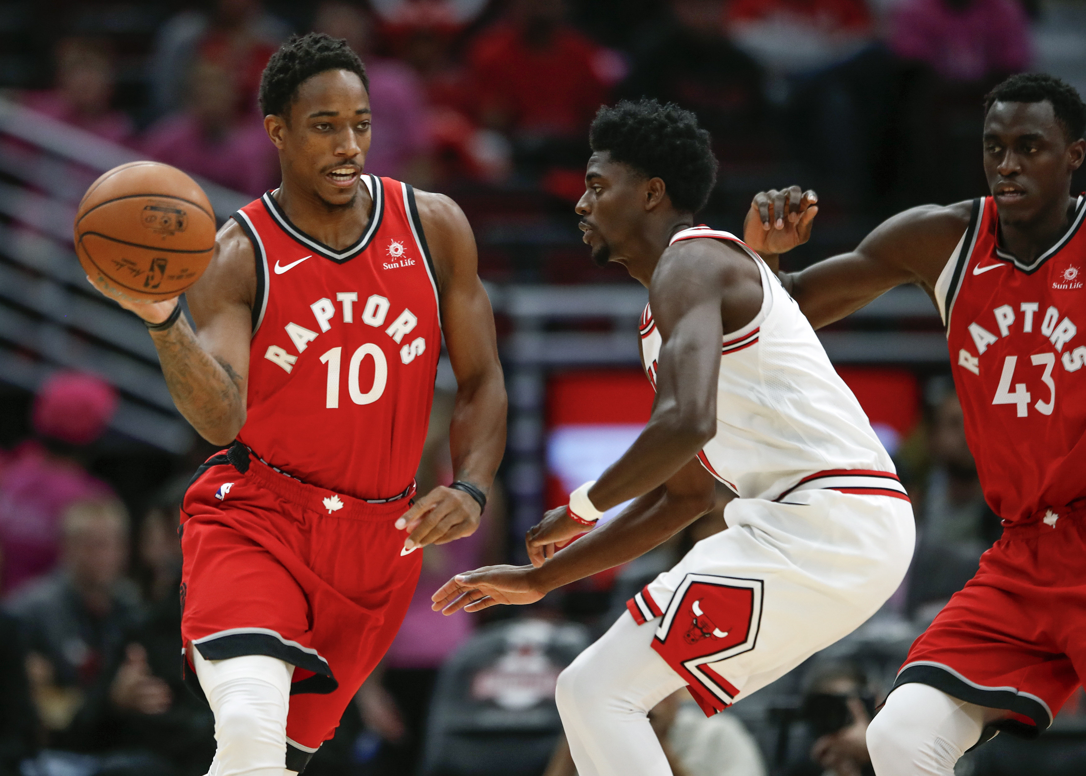 October 14, 2017 - Chicago, ILLINOIS, Estados Unidos - Toronto Raptors guard DeMar DeRozan (10) is defended by Chicago Bulls guard Justin Holiday (7) during the first half of a preseason NBA basketball game at the United Center in Chicago, Illinois, USA, 13 October 2017. (Credit Image: © Kamil Krzaczynski/EFE via ZUMA Press)