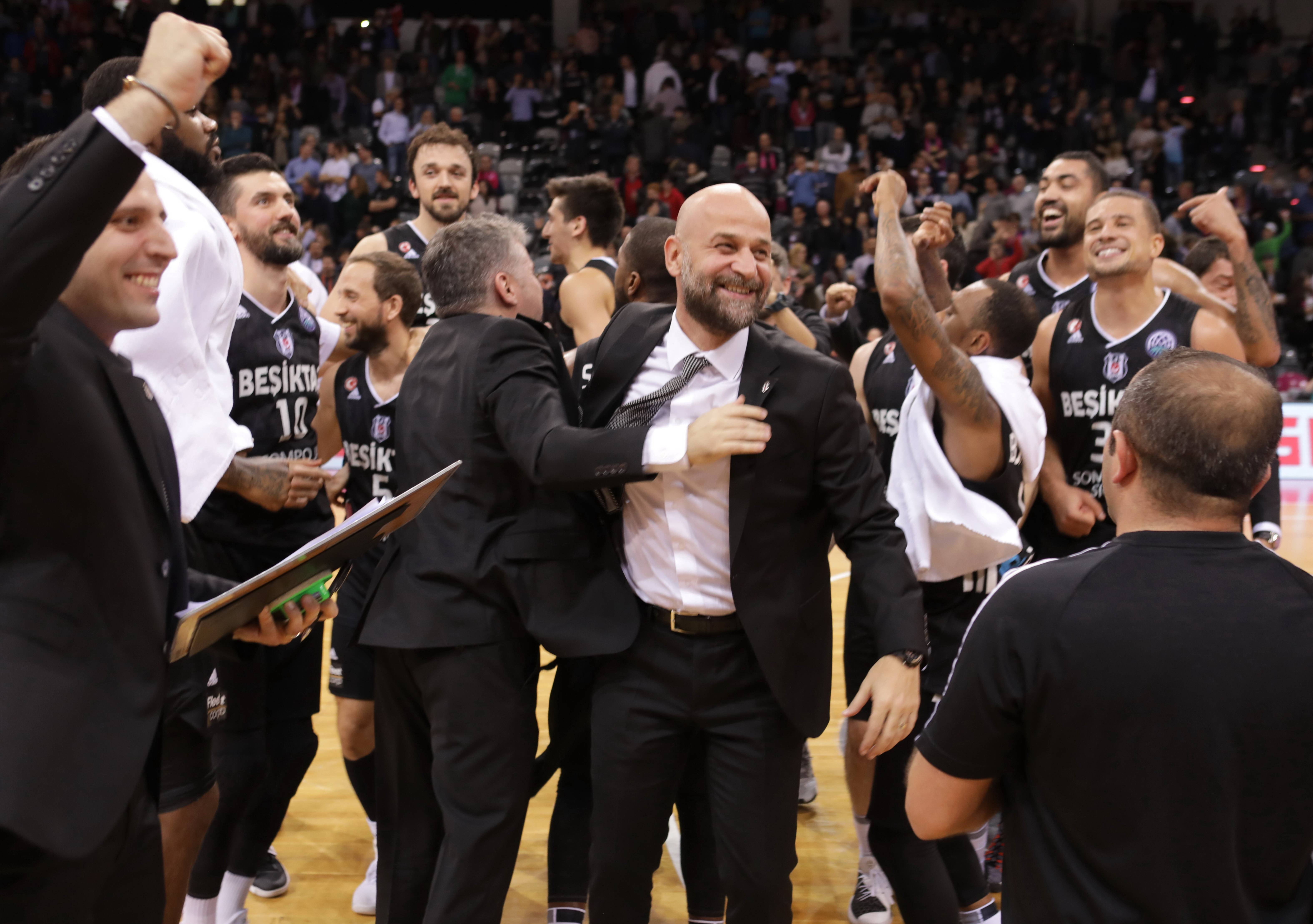 November 15, 2017 - November 15, 2017 - Kyle Weems / Besiktas Istanbul nach Sieg über Telekom Baskets Bonn , Basketball Champions League Foto: Jörn Wolter *** Kyle Weems Besiktas Istanbul to victory over Telekom Baskets Bonn basketball Champions League photo Jörn Wolter MR:N (Credit Image: © Imago via ZUMA Press)