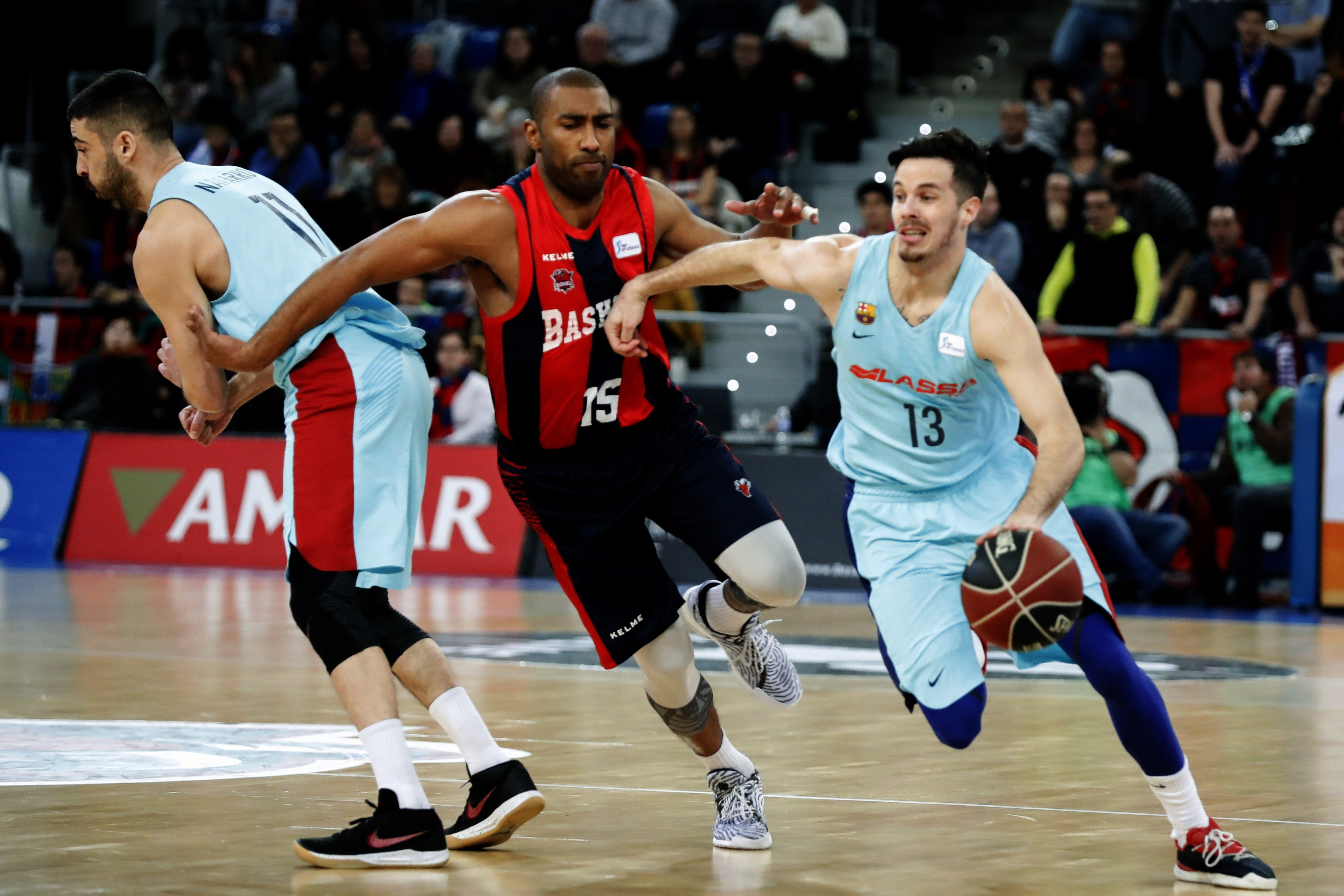 February 4, 2018 - Vitoria, España - FC Barcelona Lassa's Thomas Heurtel (R) duels for the ball with Baskonia's Jason Granger (C) during their Spanish ACB basketball league played at Fernando Buesa pavilion, in Vitoria, Spain, 04 February 2018. (Credit Image: © David Aguilar/EFE via ZUMA Press)