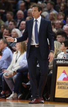 January 31, 2018 - Salt Lake City, UT, Estados Unidos - Utah Jazz head coach Quin Snyder signals his players during an NBA game against the Golden State Warriors at Energy Solutions Arena in Salt Lake City, Utah, USA, 30 January 2018. (Credit Image: © George Frey/EFE via ZUMA Press)