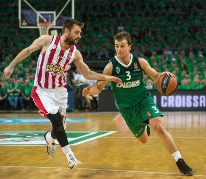 KAUNAS, April 25, 2018  Kevin Pangos (R) of Zalgiris Kaunas breaks through during the third playoff of the Euroleague between Zalgiris Kaunas from Lithuania and Olympiakos Piraeus from Greece in Kaunas, Lithuania, April 24, 2018. Zalgiris Kaunas won 80-60. (Credit Image: © Alfredas Pliadis/Xinhua via ZUMA Wire)